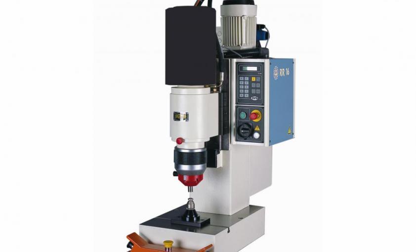 hydraulic rivetiing machine