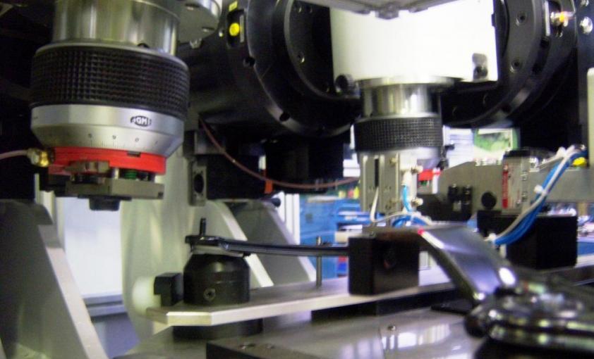 Transfer rotativo para ensamblaje de elevalunas (Detalle remachadora)