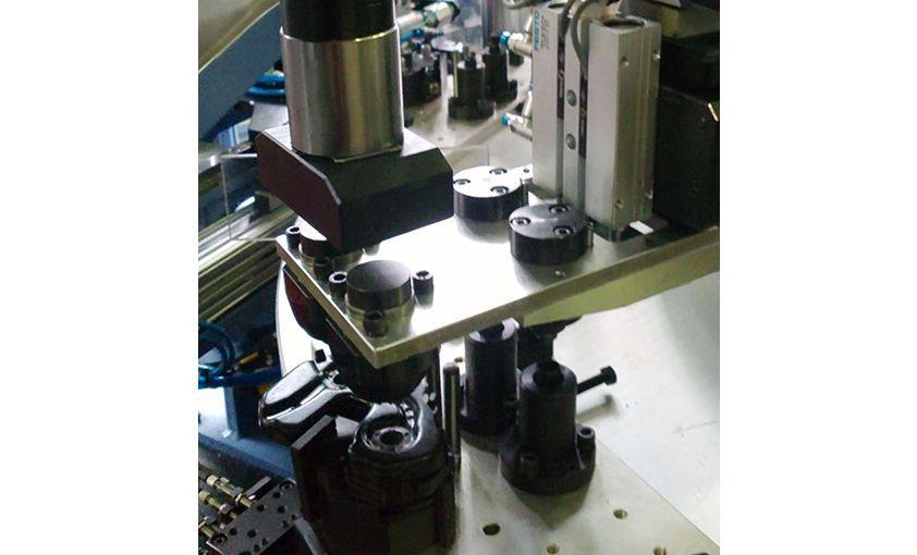 Máquina especial para montaje y engrasado de latch