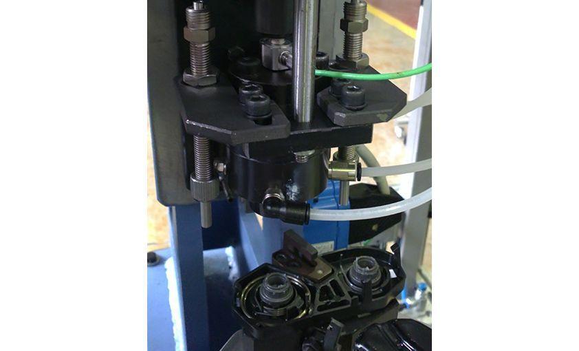 Máquina para montaje de latchs