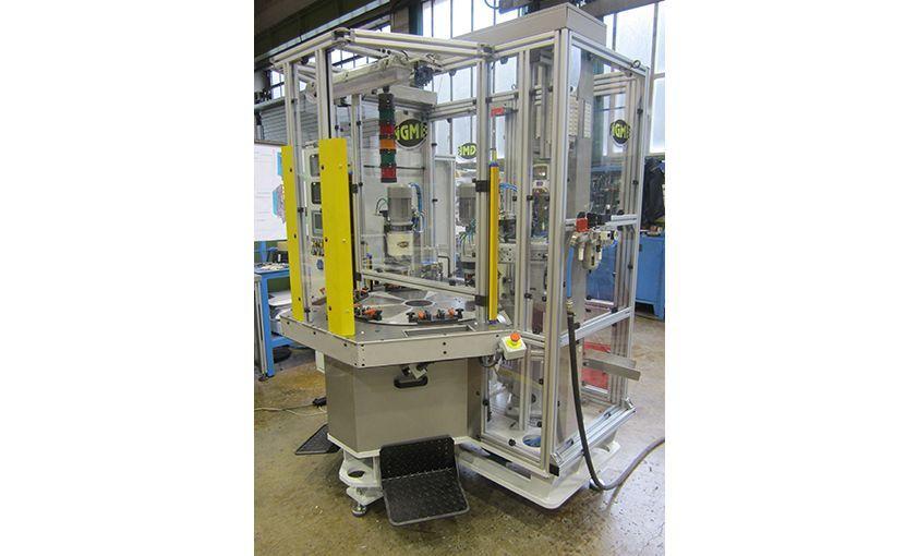 Máquina especial para remachado de componentes de bisagra